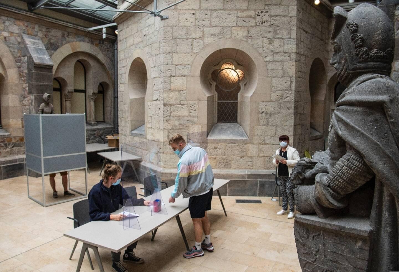 Un bureau de vote installé pour des élections régionales dans le musée d'histoire de l'art de Magdebourg (Allemagne), le 6 juin 2021