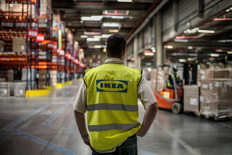 Un salarié d'Ikea, dans l'entrepôt de Saint-Quentin-Fallavier, près de Lyon, le 18 mars 2014