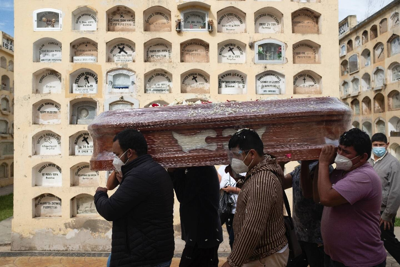 Des proches portent le cercueil d'une personne décédée du Covid-19 à  Huanuco, à 370 kilometers nord-est de Lima, le 26 janvier 2021