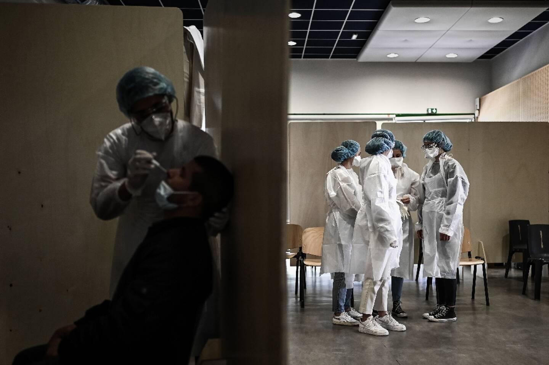 Des membres du personnel soignant attendent les patients venus se faire tester contre le Covid-19 à Bordeaux, le 23 mai 2021