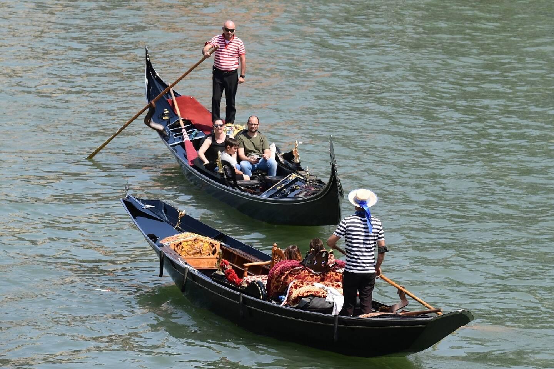 Des touristes en gondole sur le Grand Canal à Venise, le 5 juin 2021