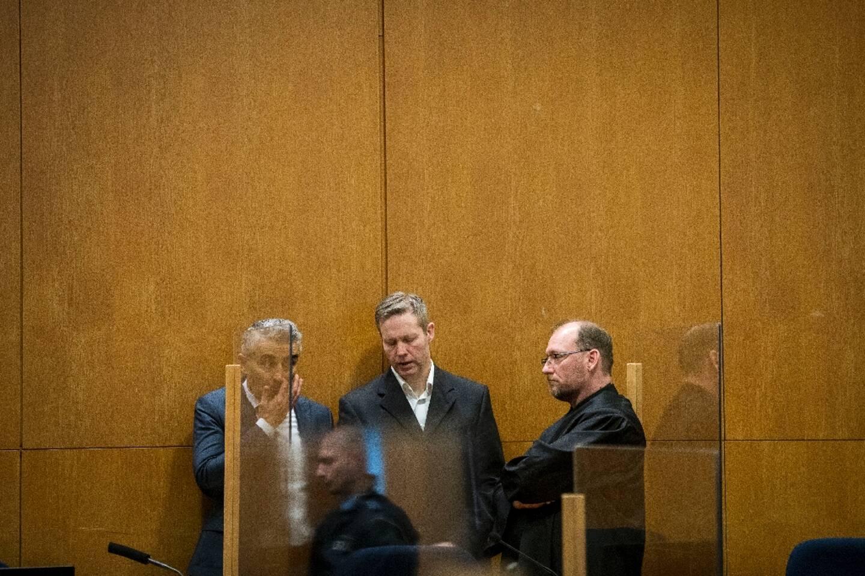 Stephan Ernst (c) discute avec ses avocats Mustafa Kaplan (g) et Joerg Hardies (d) au tribunal de Francfort, le 12 janvier 2021