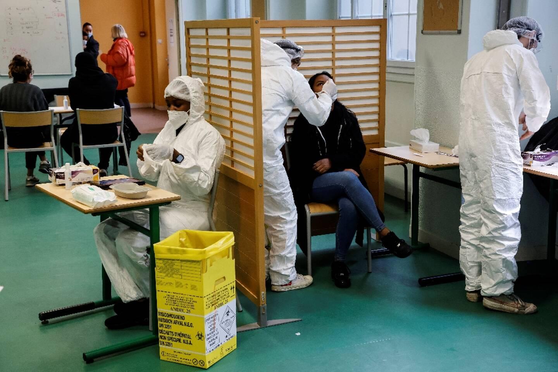 Opération de dépistage du coronavirus le 23 novembre 2020 au lycée Emile-Dubois à Paris