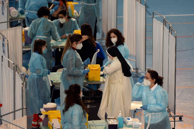 Une religieuse vient se faire vacciner contre le Covid-19 dans le centre sportif de l'université de Séville (Espagne), le 24 février 2021.
