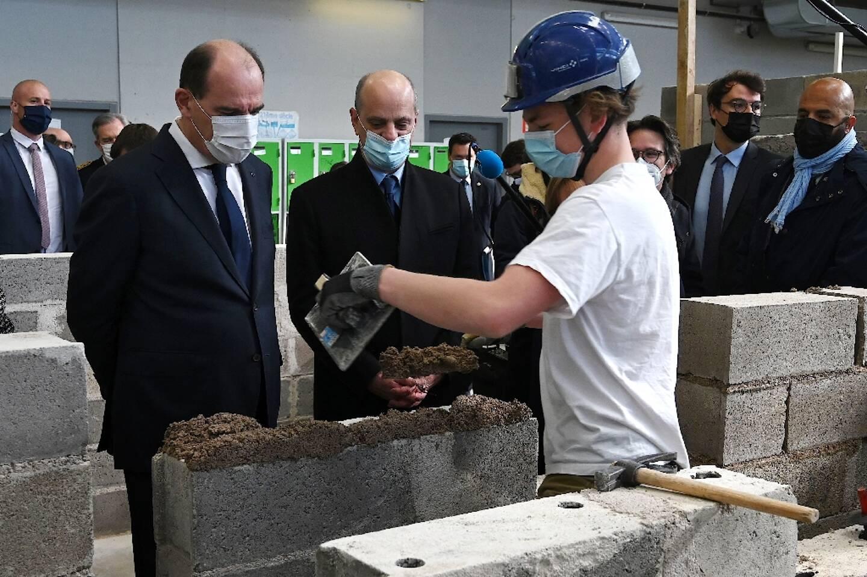 """Le Premier ministre Jean Castex et le ministre de l'Education Jean-Michel Blanquer le 3 mai 2021 à Laxou, près de Nancy, dans un """"lycée des métiers des bâtiments et de l'énergie"""""""
