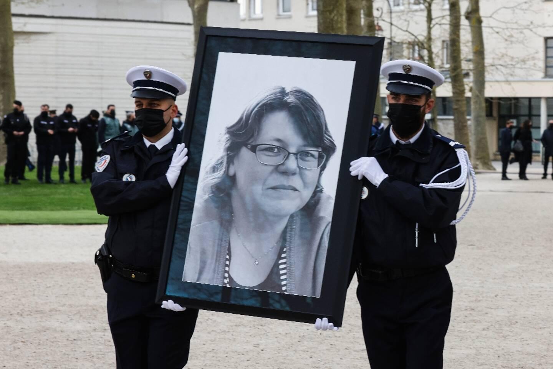 Un grand portrait en noir et blanc de Stéphanie Monfermé est porté par des policiers, au début de la cérémonie le 30 avril 2021 à Rambouillet