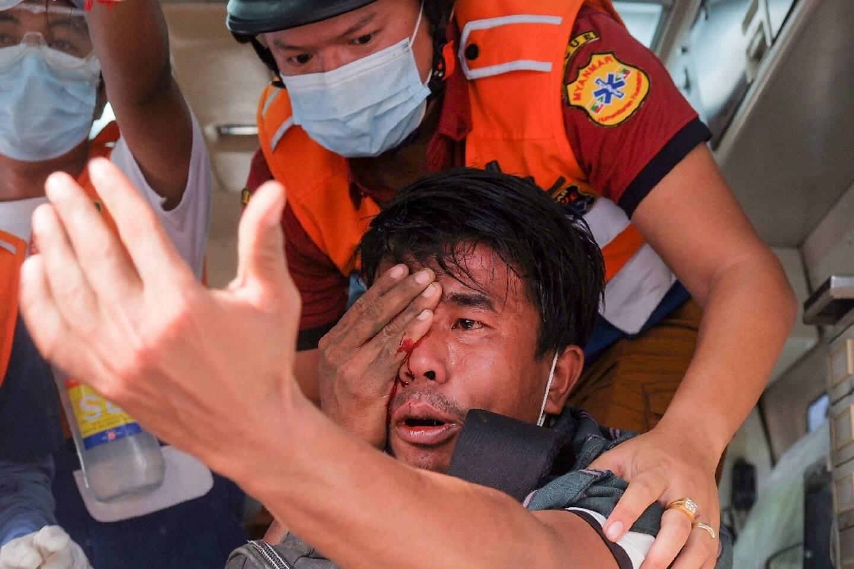 Un manifestant pro-démocratie blessé par les forces de sécurité de Birmanie à Mandalay, le 20 février 2021