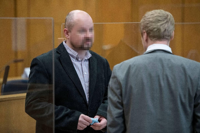 Son complice présumé, Markus Hartmann (g) parle avec son avocat Bjoern Clemens (d) au tribunal à Francfort, le 8 décembre 2020