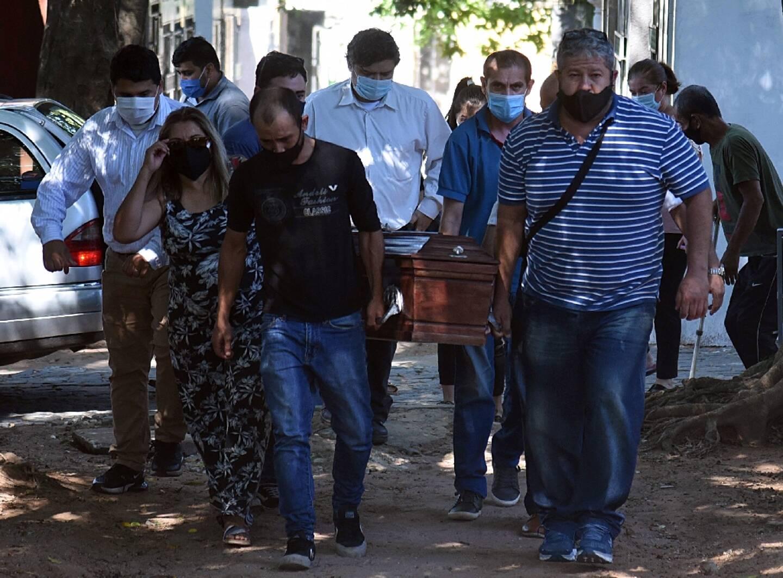Une famille porte le cercueil d'un de ses membres, décédé du covid, le 10 avril 2021 à Asuncion (Colombie)