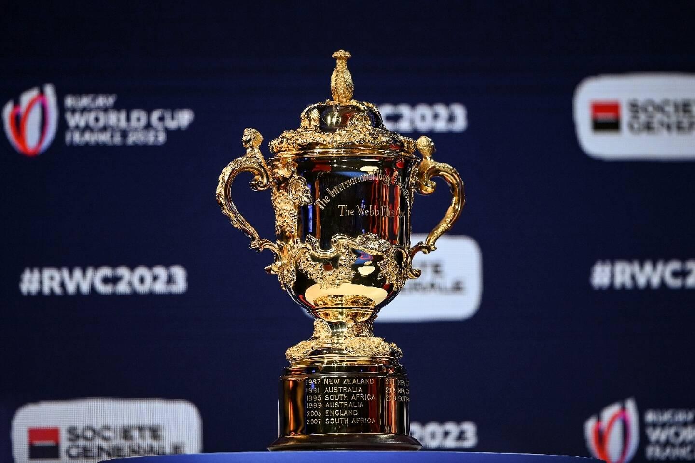 Le trophée Webb Ellis, exposé lors du tirage au sort de la Coupe du monde rugby 2023, prévue en France, le 14 décembre 2020 à Paris