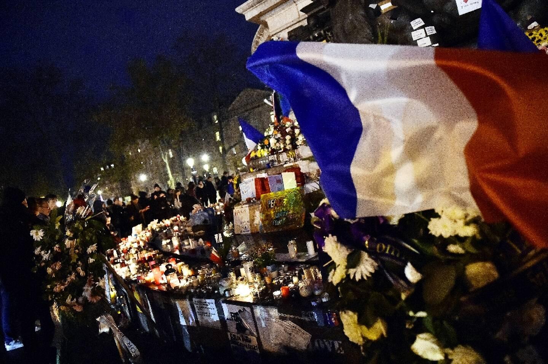 Rassemblement en mémoire des 130 victimes des attentats du Bataclan et de Saint-Denis, le 22 novembre 2015 sur la place de la République à Paris