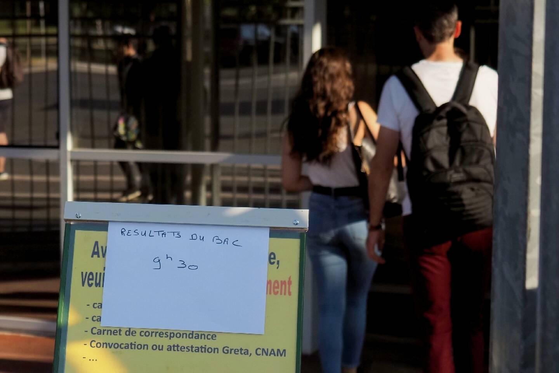 Des lycéens viennent voir les résultats du bac, le 5 juillet 2019 à Tours