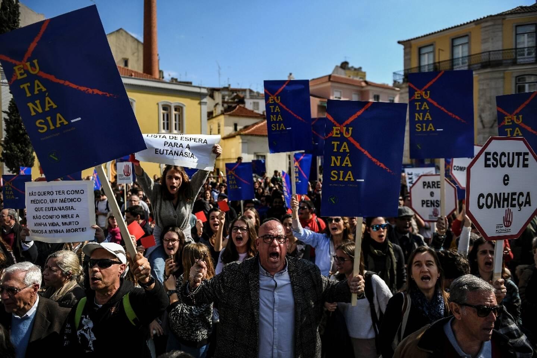 Manifestation contre la décriminalisation de l'euthanasie, devant le Parlement portugais à Lisbonne, le 20 février 2020
