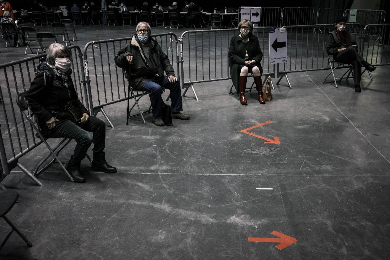 Des personnes attendent pour être vaccinées contre le Covid, au palais des Sports de Lyon, le 14 janvier 2021