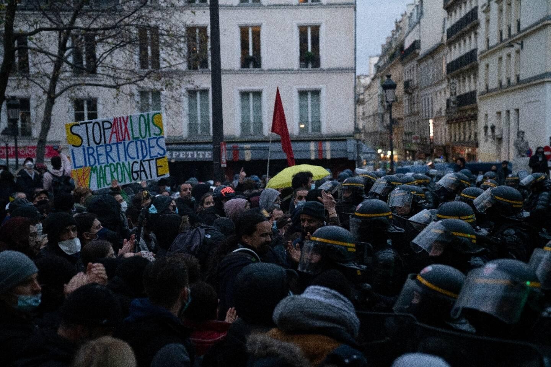 """Face à face entre manifestants et forces de police lors d'une manifestation contre la loi de """"sécurité globale"""", le 12 décembre 2020 à Paris"""