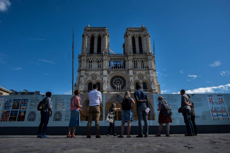 Des touristes devant Notre-Dame le 9 septembre 2020
