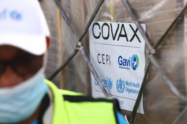 Première livraison de vaccins contre le Covid-19, via le système Covax, à l'aéroport d'Accra, le 24 février 2021 au Ghana
