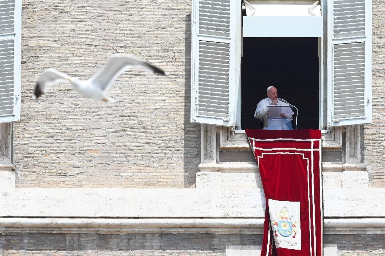 Le pape François célèbre la prière dominicale Regina Coeli à la fenêtre de la résidence Sainte-Marthe, le 4 juillet 2021