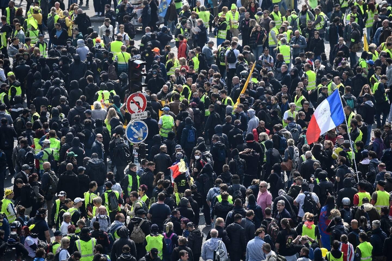 Des manifestants rassemblés devant la tour Montparnasse à Paris, le 1er mai 2019