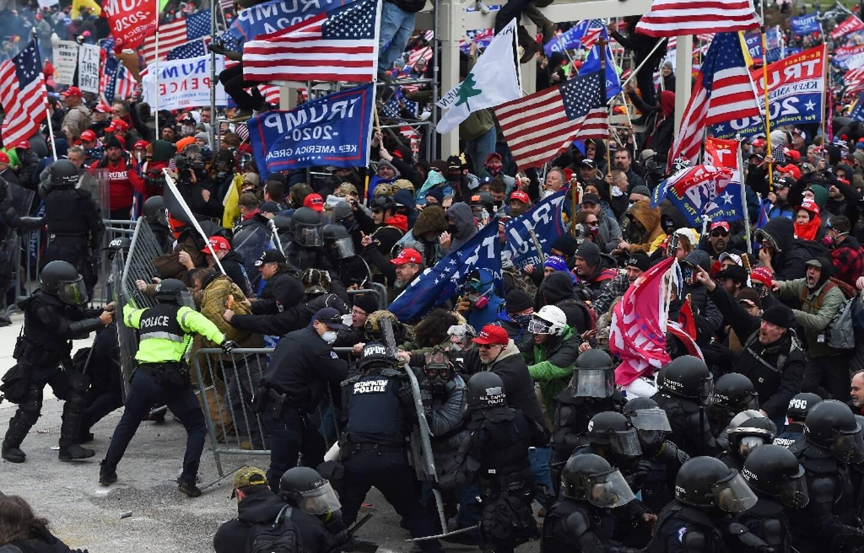 Des partisans de Donald Trump lors d'affrontements avec les forces de l'ordre devant la Capitole à Washington D.C le 6 janvier 2021