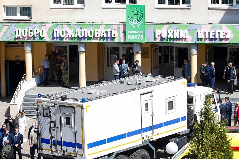 Des policiers devant une école après une fusillade, le 11 mai 2021 à Kazan, dans le centre de la Russie.
