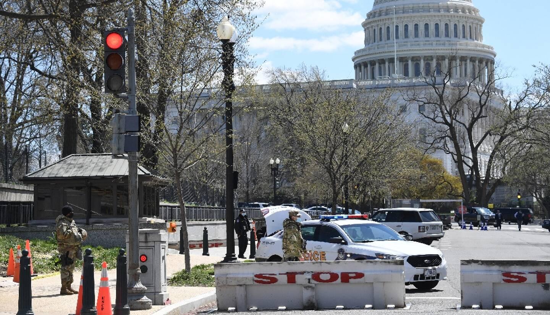 La police et des membres de la Garde nationale bloquent une rue près du Capitole à Washington, le 2 avril 2021, après qu'un véhicule a foncé sur des policiers