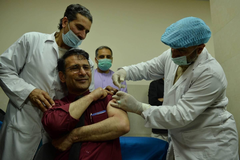 Vaccination d'un soignant contre le Covid-19 à Herat, en Afghanistan, le 24 février 2021