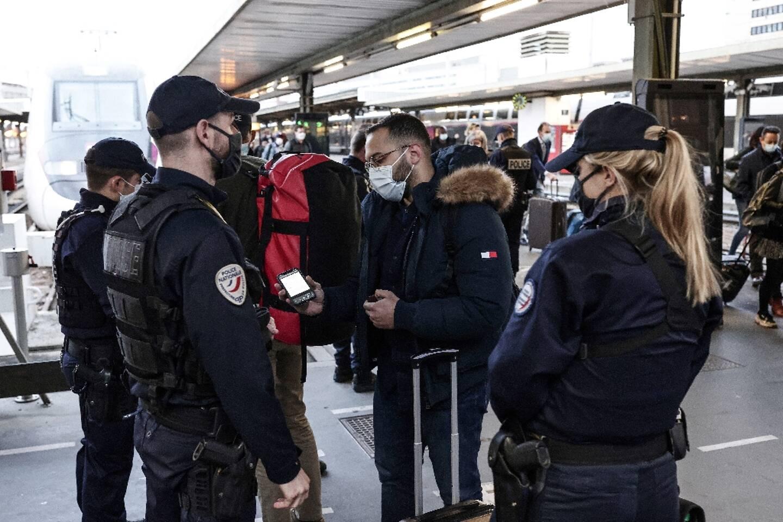 La police contrôle des voyageurs à la gare de Lyon à Paris, le 26 mars 2021