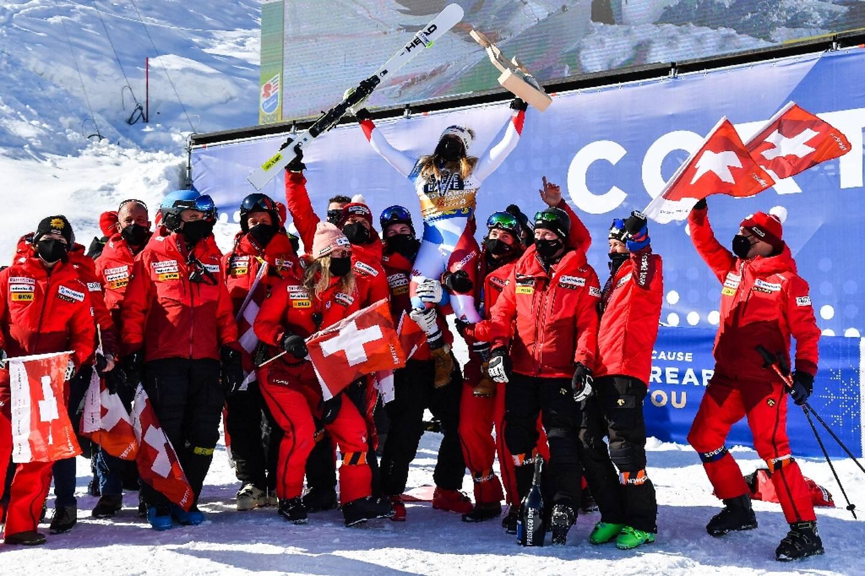 La Suissesse Corinne Suter, portée en triomphe par toute l'équipe, après sa victoire dans la descente aux Championnnats du monde, le 13 février 2021 à Cortina d'Ampezzo (Italie)