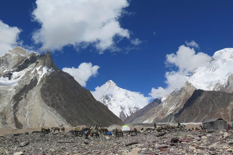 Des porteurs installent des tentes au camp de Concordia, dans le massif du Karakoram, dans le nord du Pakistan, le 14 août 2019