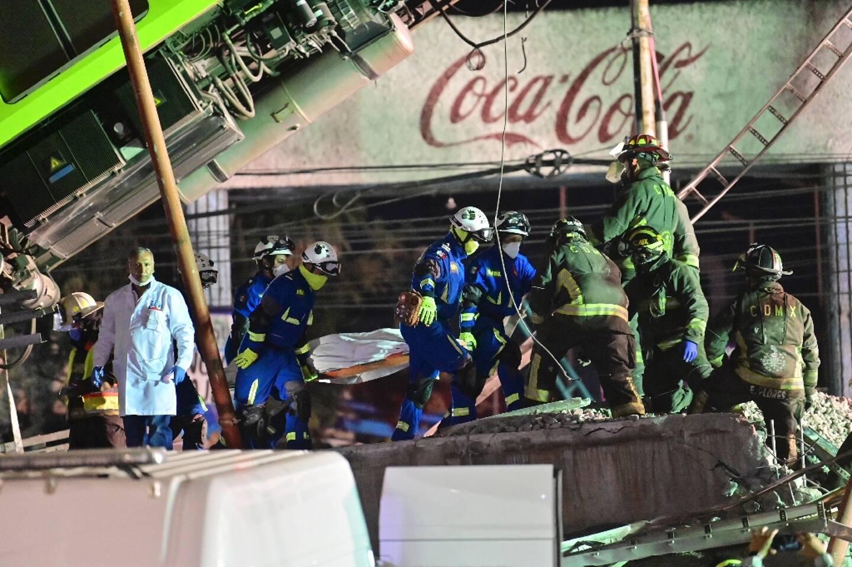 Les sauveteurs sur le site de l'accident d'un métro aérien le 4 mai 2021 à Mexico