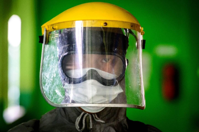 Un soldat Thaïlandais portant des équipements de protection désinfecte une école pour lutter contre la propagation du coronavirus, à Bangkok (Thaïlande), le 28 janvier 2021.