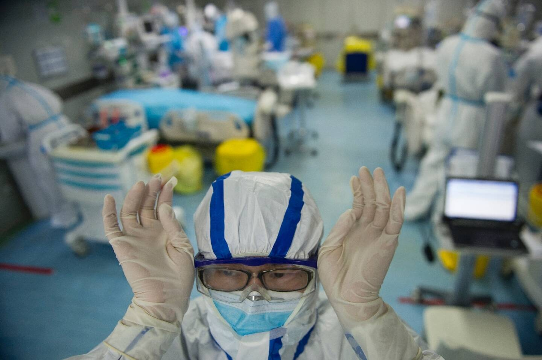 Une infirmière le 22 février 2020 dans le département d'urgence de l'hôpital de  Wuhan,  où sont traités des patients contaminés par le coronavirus