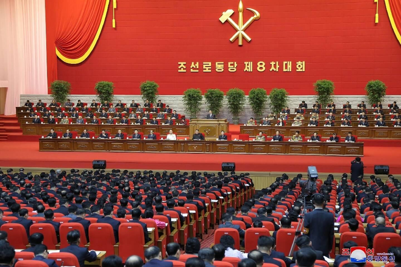 Image fournie par KCNA, agence officielle de Corée du Nord, du dirigeant nord-coréen Kim Jong Un (c) lors du 8e congrès du parti au pouvoir, le 8 janvier 2021, à Pyongyang