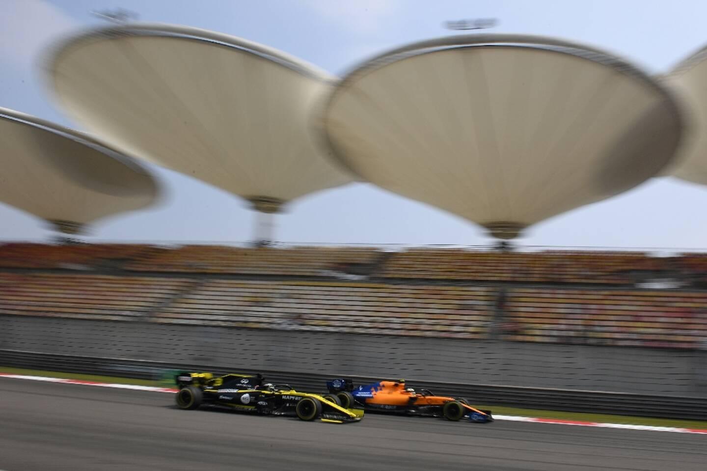 Le GP de Chine à Shanghai, avec ici la Renault de Daniel Ricciardo et la McLaren de Lando Norris, roues dans roues, le 12 avril 2019, vient d'être reporté pour cette saison