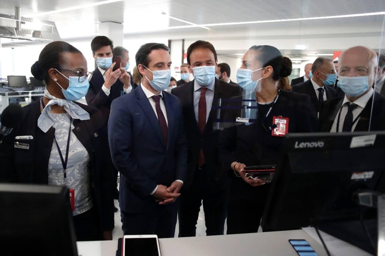 Le ministre délégué aux Transports Jean-Baptiste Djebbari (2g) et le secrétaire d'Etat à la transition numérique Cédric O (c) à l'aéroport d'Orly le 27 avril 2021