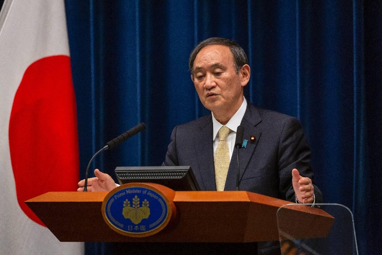 Le Premier ministre japonais Yoshihide Suga annonce un prolongement de l'état d'urgence sanitaire en raison de l'épidémie de coronavirus dans les régions de Tokyo, Osaka, Kyoto et Hyogo, lors d'une conférence de presse, le 23 avril 2021 à Tokyo