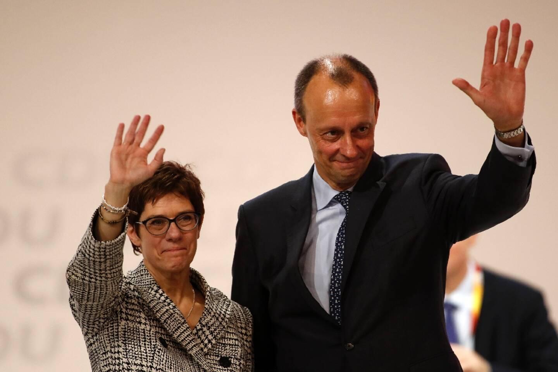 Annegret Kramp-Karrenbauer (g) et Friedrich Merz lors d'un congrès de la CDU à Hambourg, le 7 décembre 2018