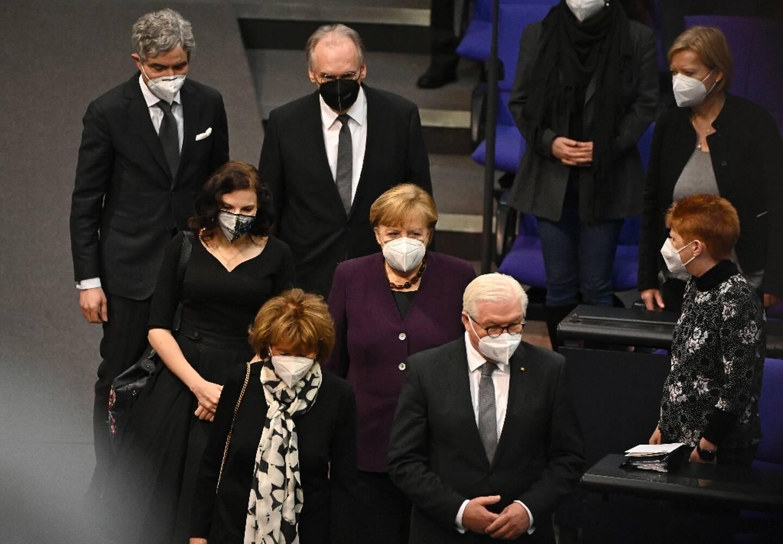 (Au premier rang)  La vice-présidente du Congrès juif européen et du Congrès juif mondial Charlotte Knobloch (à gauche) et le président allemand Frank-Walter Steinmeier, (au milieu) la politicienne juive allemande Marina Weisband (à gauche) et la chancelière allemande Angela Merkel assistent à une cérémonie marquant le 76ème anniversaire de la libération du camp de la mort d'Auschwitz de l'Allemagne nazie, le 27 janvier 2021 à Berlin.