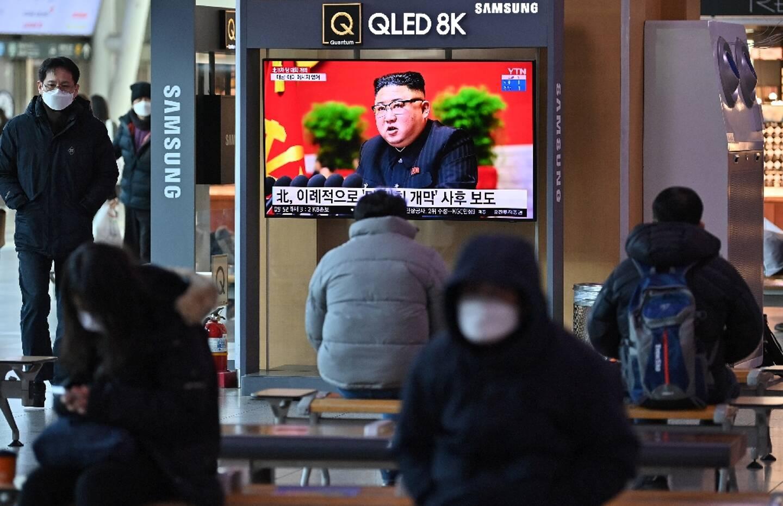 Une télévision d'une gare de Séoul diffuse des images du dirigeant nord-coréen Kim Jong Un au 8e congrès du Parti des travailleurs à Pyongyang, le 6 janvier 2021
