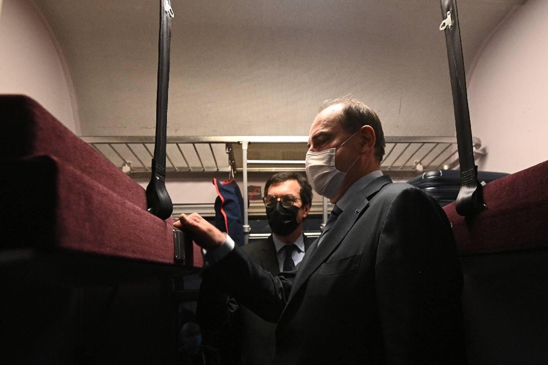Le premier ministre Jean Castex (D) et le PDG de la SNCF Jean-Pierre Farandou (L) visitent le train de nuit Paris-Nice à la gare d'Austerlitz à Paris le 20 mai 2021