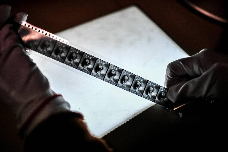 Pellicule du film muet Napoléon (1927) d'Abel Gance en cours de restauration à Montigny-le-Bretonneux, le 6 mai 2021