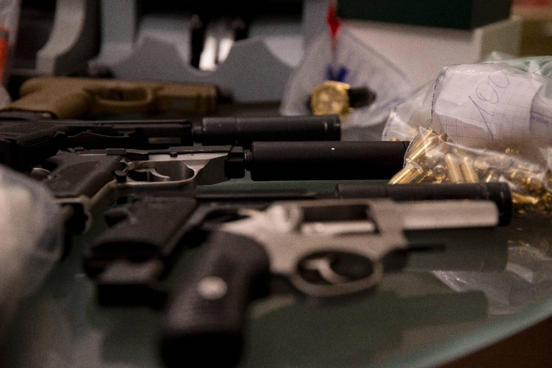 Cinq des dix suspects, placés en garde à vue mardi dans une enquête sur un vaste trafic d'armes en France
