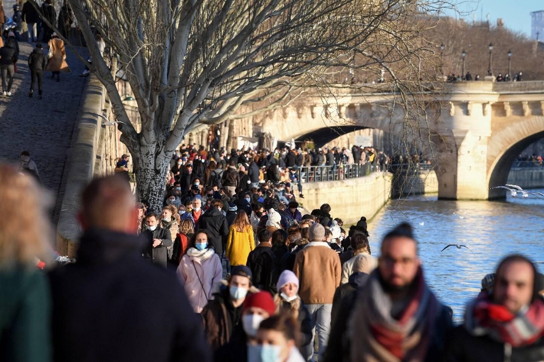 Promeneurs sur les quais de la Seine à Paris, le 10 janvier 2021
