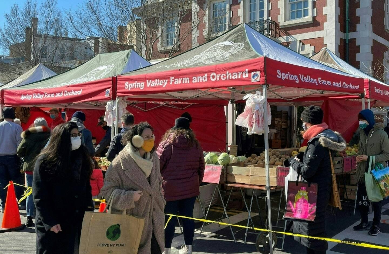 Des personnes font leurs courses sur un marché de Washington, le 21 février 2021