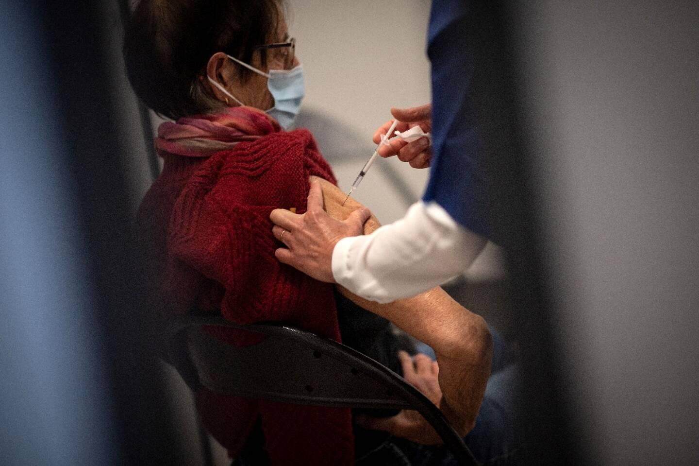 Une personne vaccinée dans un centre de vaccination à Nantes, le 9 mars 2021