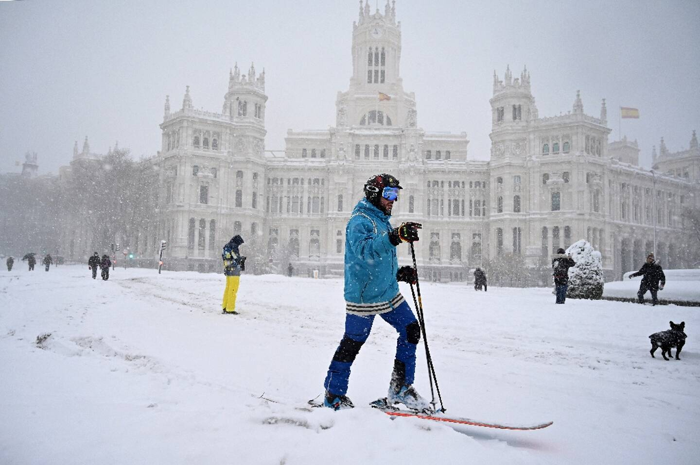 Un homme à ski à Madrid après d'exceptionnelles chutes de neige, le 9 janvier 2021