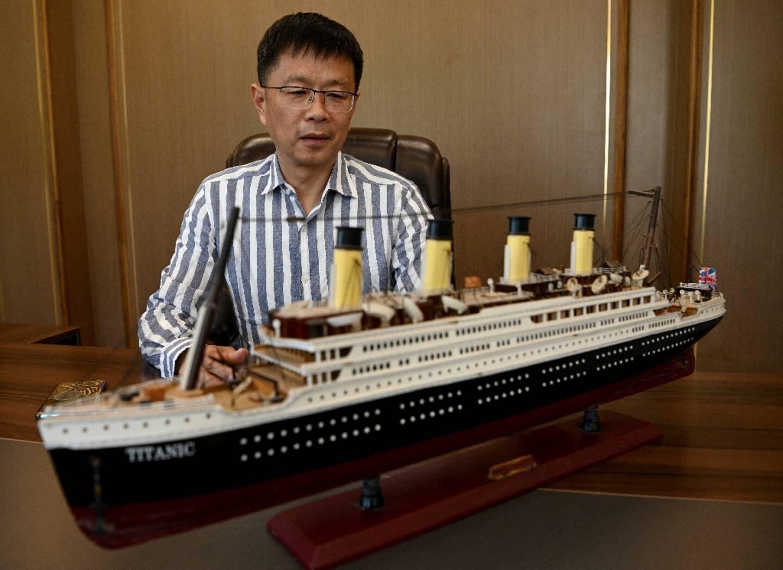 Su Shaojun devant une maquette du Titanic, dans son bureau à Daying  (Chine) le 26 avril 2021