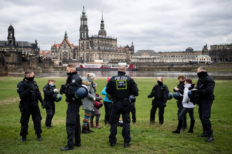 La police contrôle des passants à Dresde, le 17 avril 2021, dans le but d'empêcher une manifestation anti-restrictions interdite