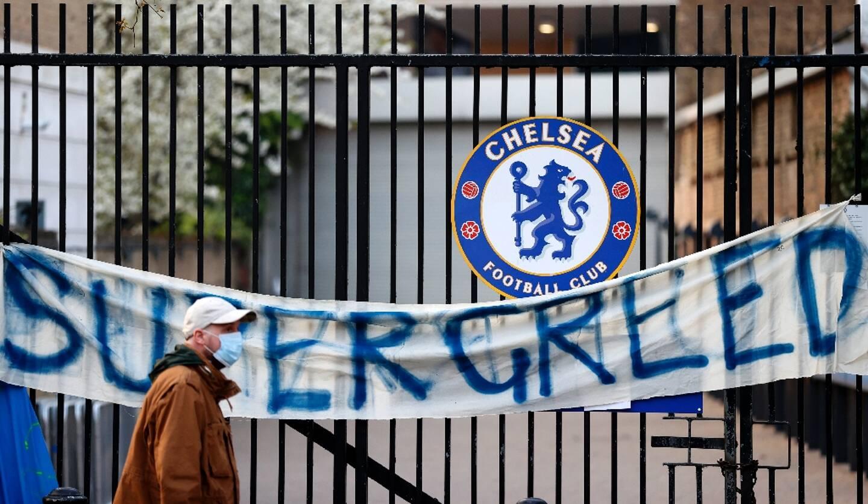 """Une banderole dénonce la """"super avidité"""" du projet de Superleague sur le portail du stade de Stamford Bridge à Londres le 20 avril 2021"""